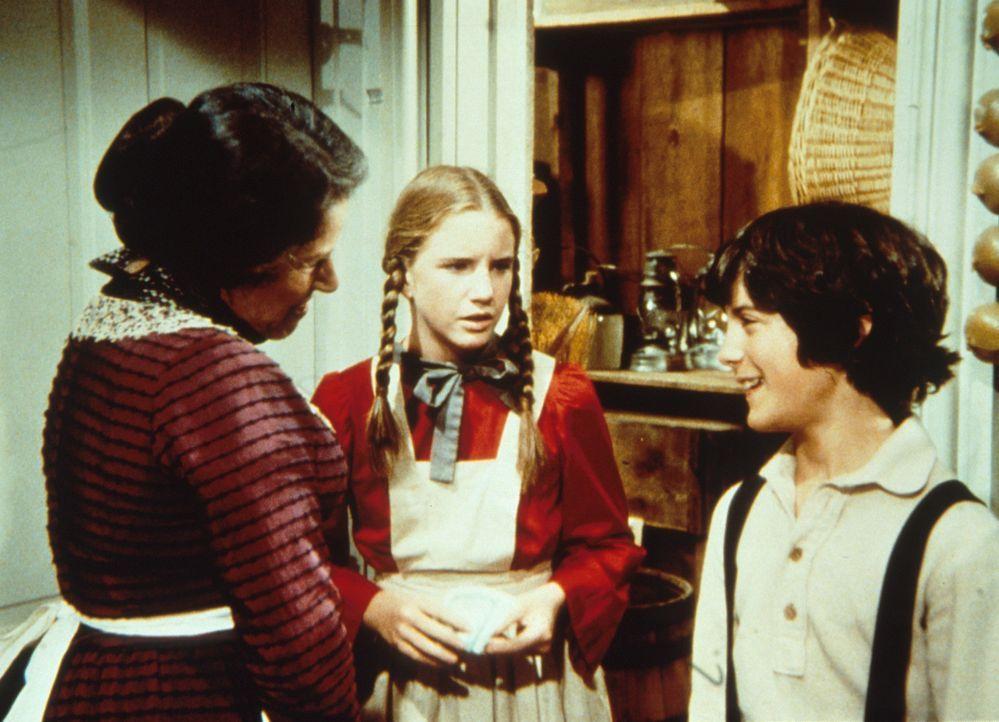 Laura Ingalls (Melissa Gilbert, M.) und Albert (Matthew Laborteaux, r.) unterhalten sich mit Harriet Oleson (Katherine MacGregor, l.) ... - Bildquelle: Worldvision
