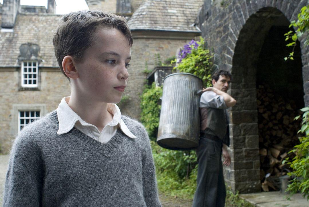 Zunächst versucht Angus (Alex Etel, vorne) alles, um seinen neuen Untermieter vor dem Arbeiter Lewis (Ben Chaplin, hinten) zu verbergen. Doch nachd... - Bildquelle: CPT Holdings, Inc. All Rights Reserved. (Sony Pictures Television International)