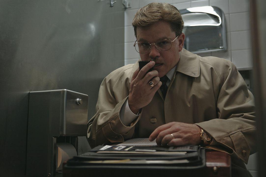 """Schon bald verdingt sich Whitacre  (Matt Damon) als """"Geheimagent"""", der Gespräche aufzeichnet, in den Akten wühlt und sich dabei natürlich sehr, s... - Bildquelle: Warner Bros. Pictures"""