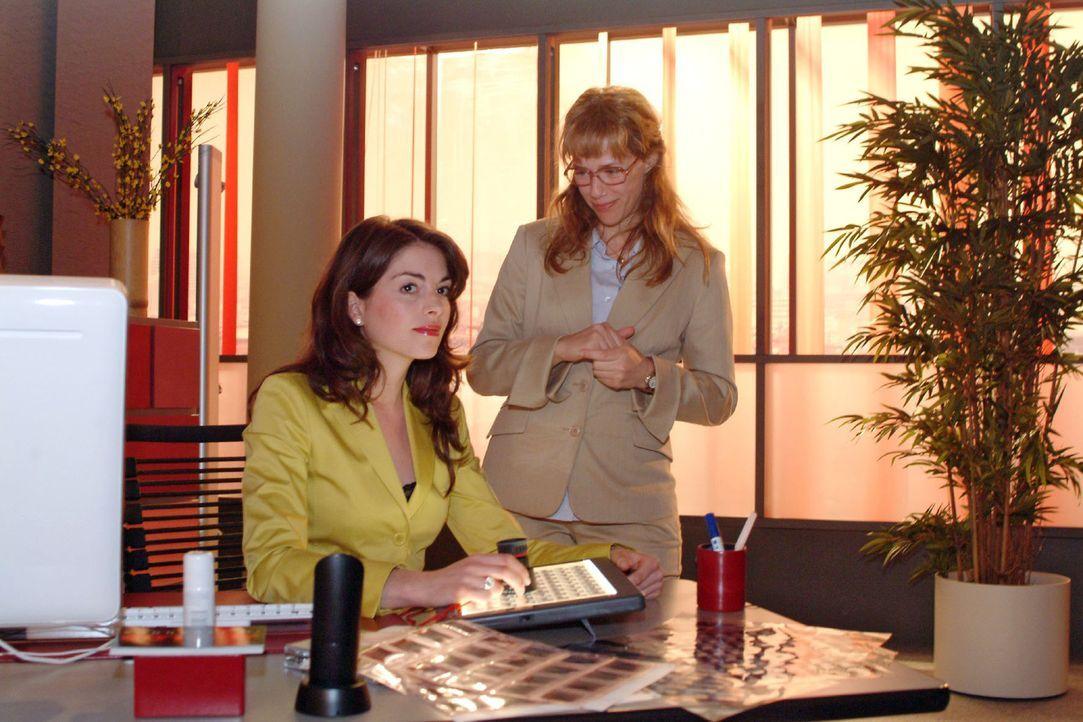 Mariella (Bianca Hein, l.) ist verwundert, als sie beim Betrachten der Bilder auf jedem Motiv das Model Verena entdeckt. Doch Lisa (Alexandra Neldel... - Bildquelle: Sat.1