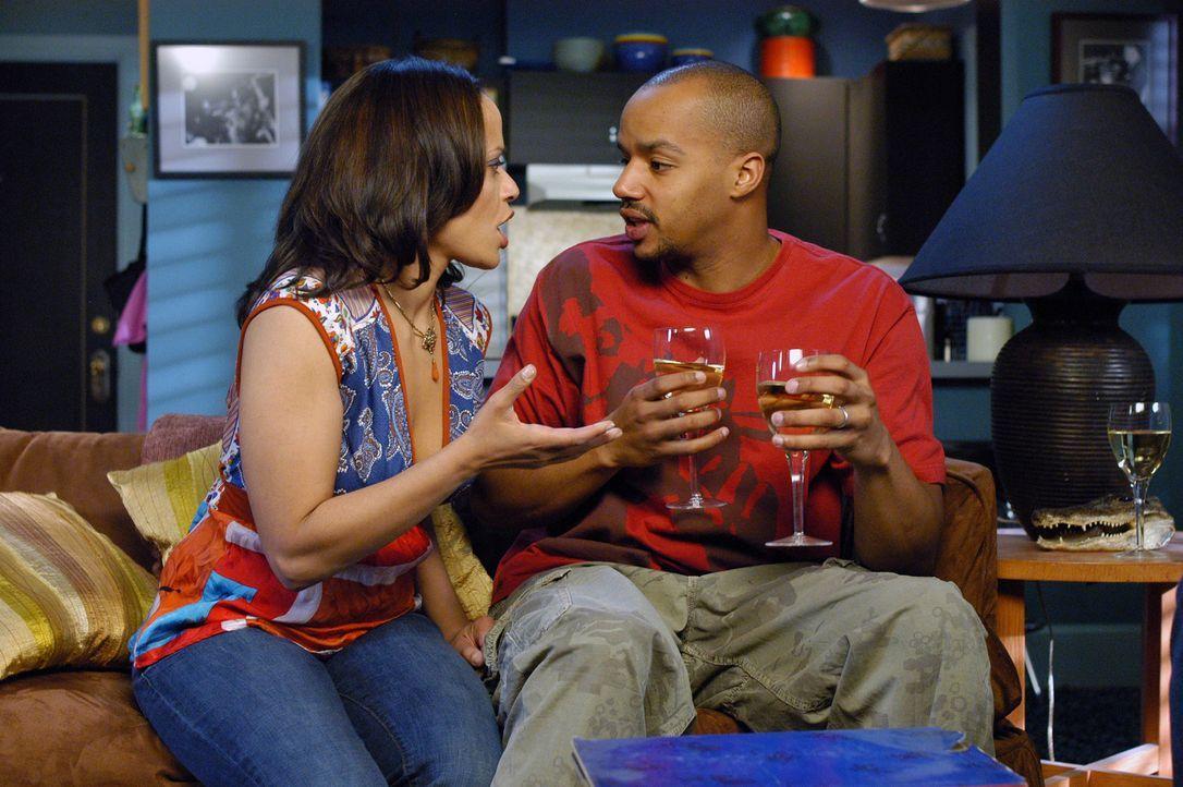 Carla (Judy Reyes, l.) ist endlich schwanger -  sie interpretiert den Test irrtümlich falsch. Doch Turk (Donald Faison, r.) kennt die Wahrheit ... - Bildquelle: Touchstone Television