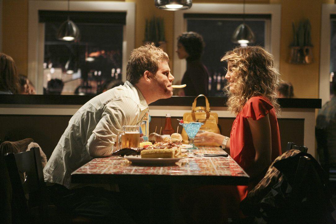 Während Samantha völlig verwirrt durch den attraktiven Owen ist, versucht Andrea (Jennifer Esposito, r.), Todds heruntergekommenen Freund Seth (St... - Bildquelle: American Broadcasting Companies, Inc. All rights reserved.