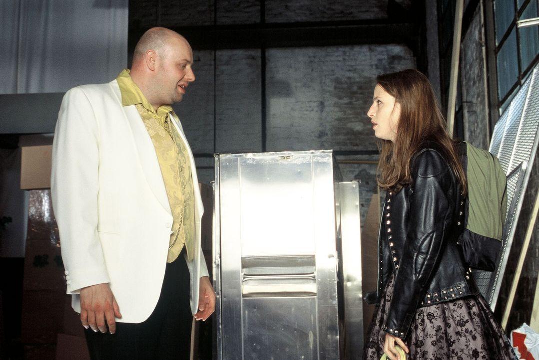 Manni (Axel Häfner, l.) hat sich in die attraktive Susi (Jenny Deimling, r.) verliebt, die allerdings in sehr großen Schwierigkeiten steckt ... - Bildquelle: Martin Menke Sat.1