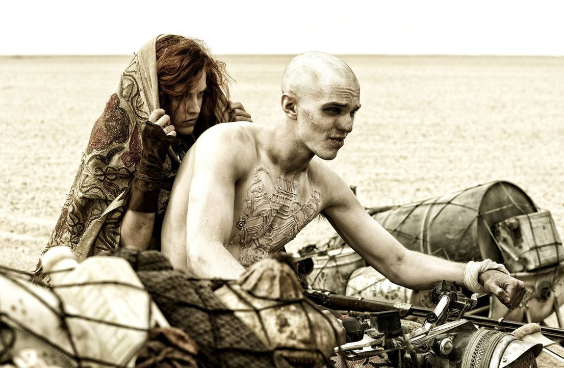 Als sie schon glauben, keine Hoffnung mehr zu haben, treffen Capable (Riley Keough, l.), Nux (Nicholas Hoult, r.) und die anderen Kämpfer eine gefäh... - Bildquelle: 2015 Warner Bros.