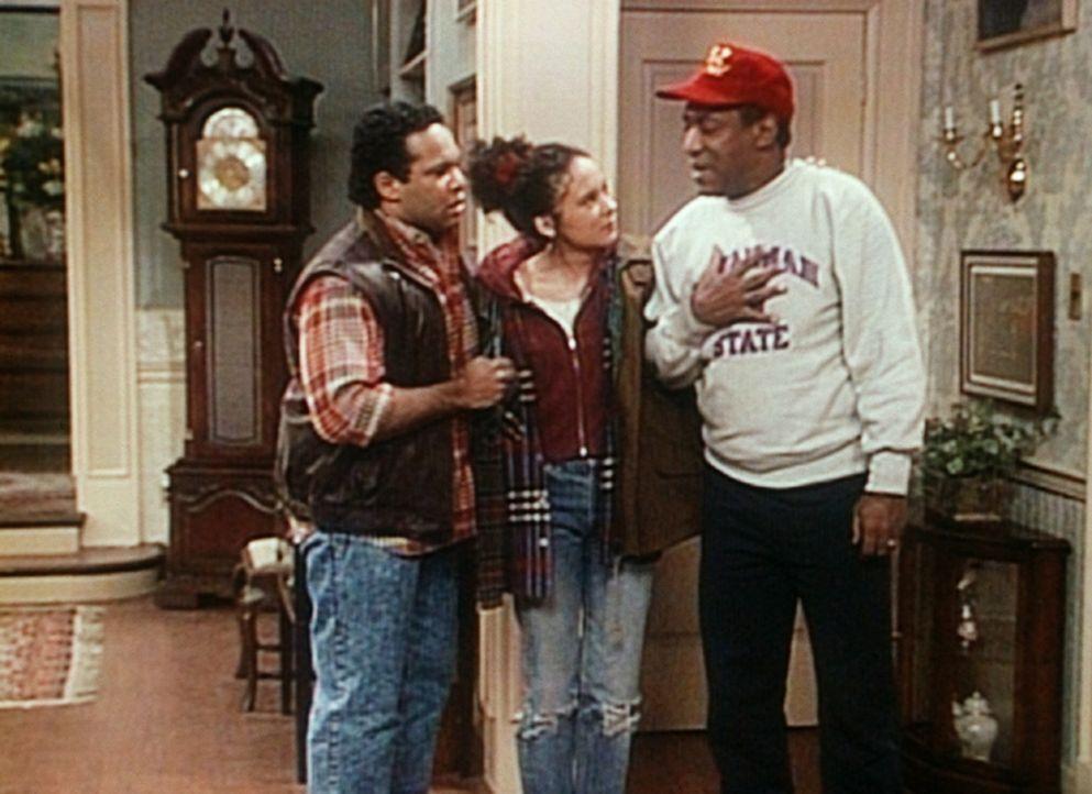 Cliff (Bill Cosby, r.) ist alles andere als traurig darüber, dass Sondra (Sabrina LeBeauf, M.) und Elvin (Geoffrey Owens, l.) nun endlich aus seine... - Bildquelle: Viacom
