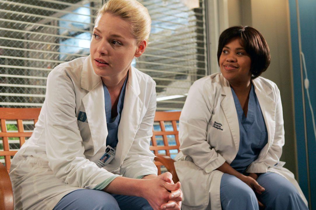Bailey (Chandra Wilson, r.) versucht Izzie (Katherine Heigl, l.) zu trösten, nachdem sie erfahren hat, dass ihre Tochter Hannah sie nicht sehen mö... - Bildquelle: Touchstone Television