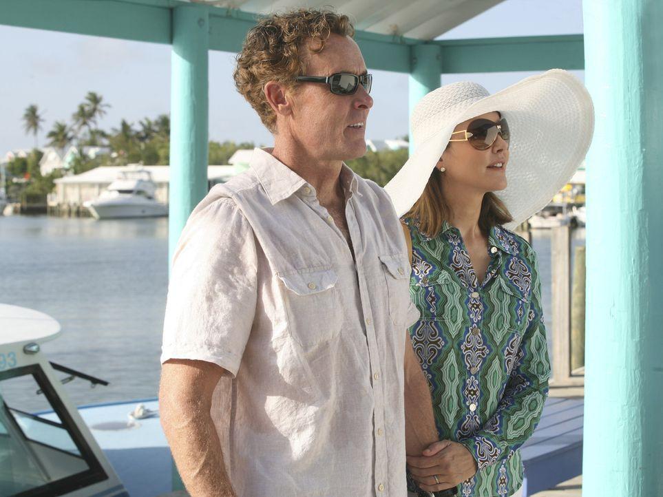 Verbringen keine harmonischen Ferien: Cox (John C. McGingley, l.) und Jordan (Christa Miller, r.) ... - Bildquelle: Touchstone Television
