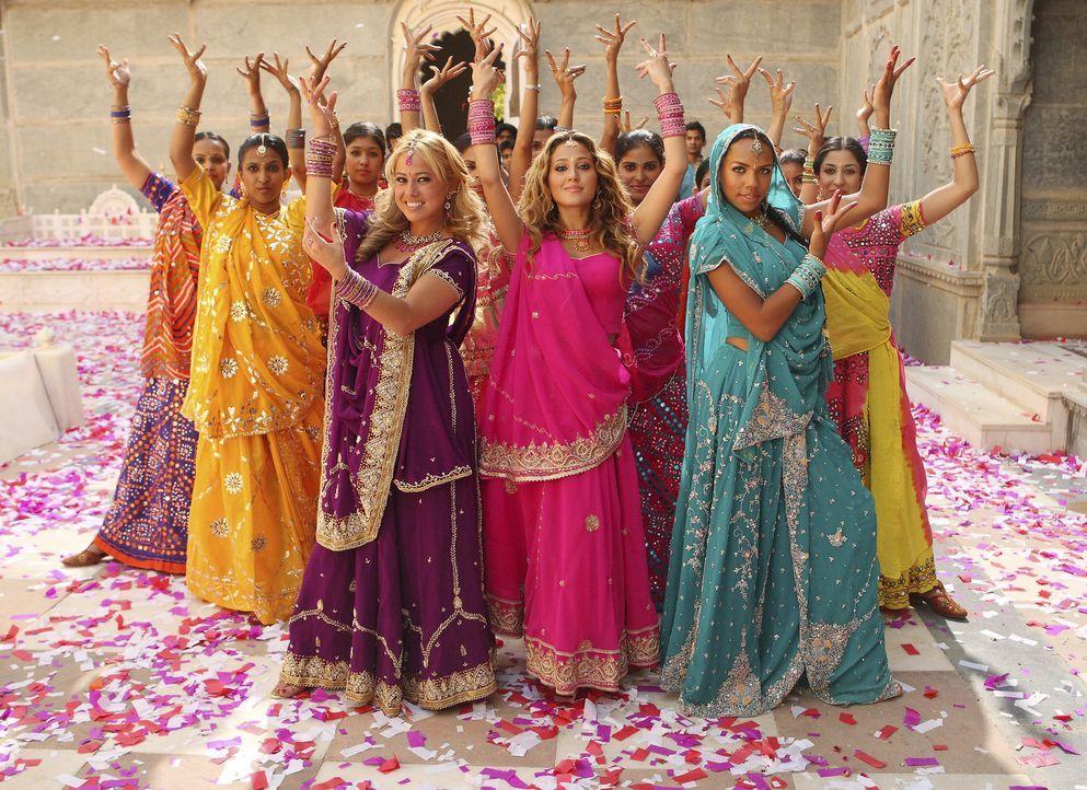 Auch als Backgroundtänzerinnen machen sich die Cheetah Girls ziemlich gut: Dorinda (Sabrina Bryan, l.), Chanel (Adrienne Bailon, M.) und Aqua (Kiely... - Bildquelle: Disney - ABC - ESPN Television