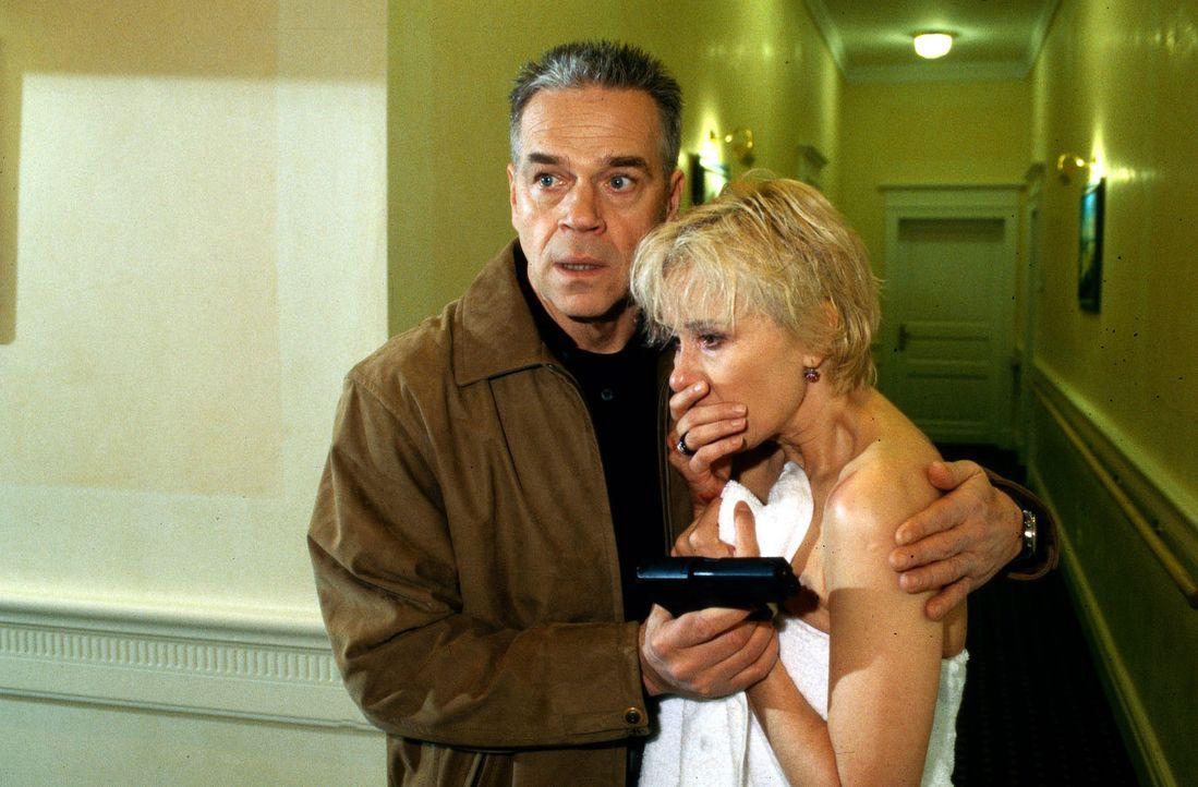 Marie (Michaela Rosen, r.) ist nur knapp einem Anschlag in ihrer Hotelsuite entgangen. Wolff (Jürgen Heinrich, l.) versucht sie zu beruhigen. - Bildquelle: Bienert Sat.1