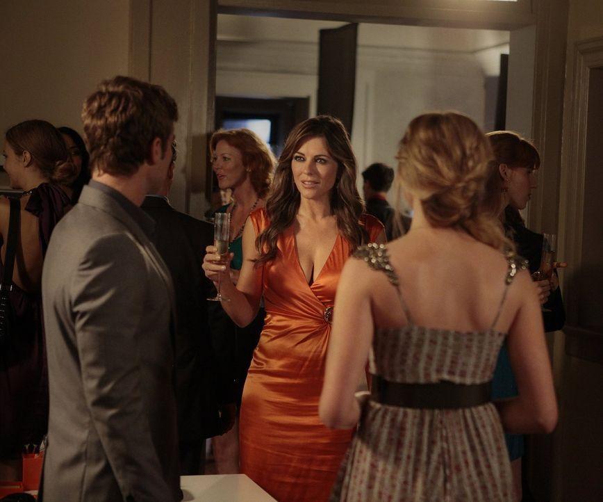 Nate (Chace Crawford, l.) hat keine Lust mehr, seine Beziehung zu Diana (Elizabeth Hurley, M.) geheim zu halten und deshalb beschließt er, sie mit C... - Bildquelle: Warner Bros. Television