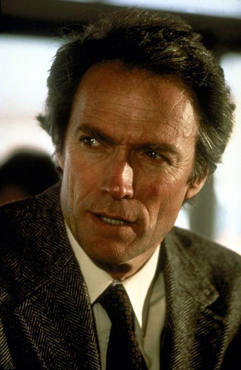 Dirty Harry (Clint Eastwood) nimmt Recht und Gesetz gerne in die eigene Hand ... - Bildquelle: Warner Bros.