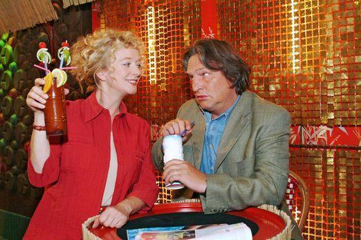 Verliebt in Berlin - Helga (Ulrike Mai, l.) ist glücklich, dass sie Bernd (Vo...