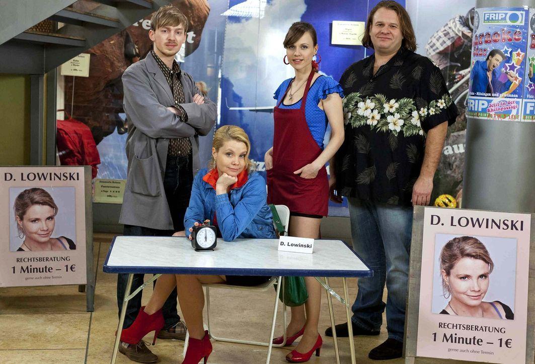 (3. Staffel) - Danni Lowinski (Annette Frier, 2.v.l.) kämpft für das Recht der kleinen Leute und wird dabei von Bea (Nadja Becker, 2.v.r.), Nils (Ol... - Bildquelle: Frank Dicks SAT.1