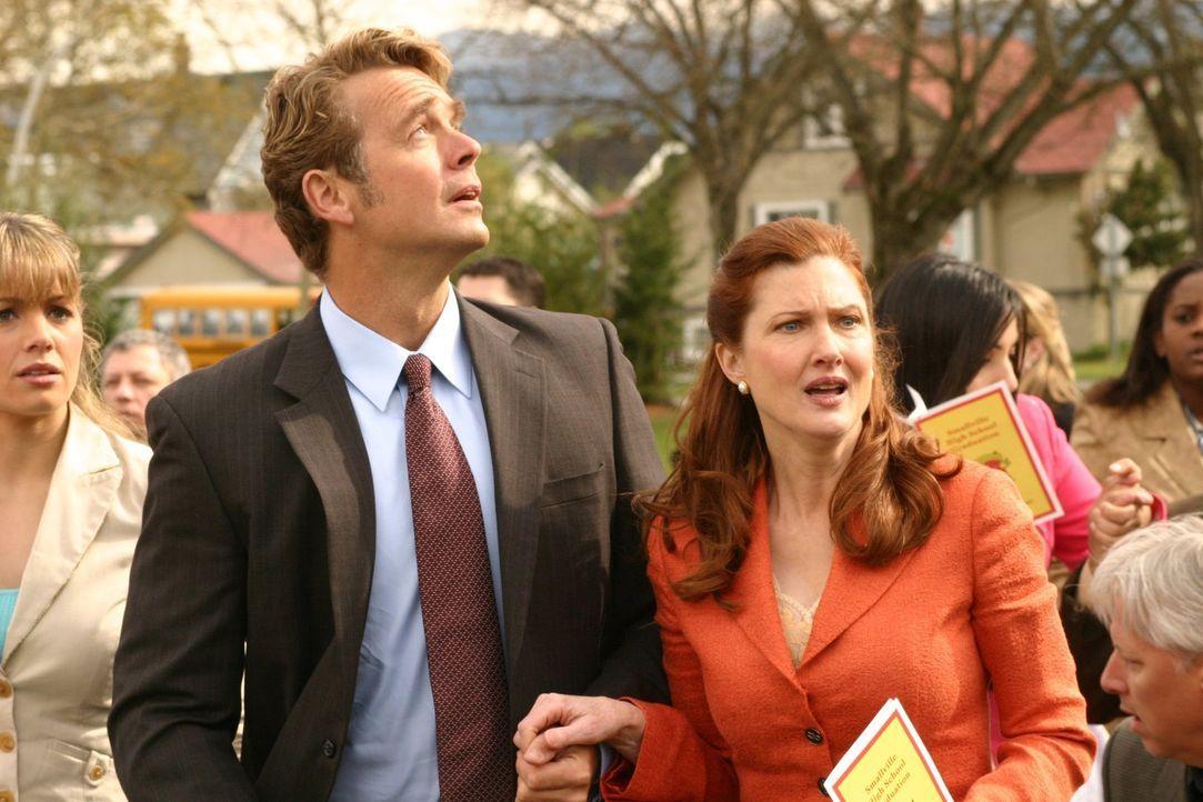 Während bei der Abschiedszeremonie an der Smallville High ein gigantischer Meteoritenschwarm direkt auf Smallville zurast und Lois (Erica Durance, l... - Bildquelle: Warner Bros.