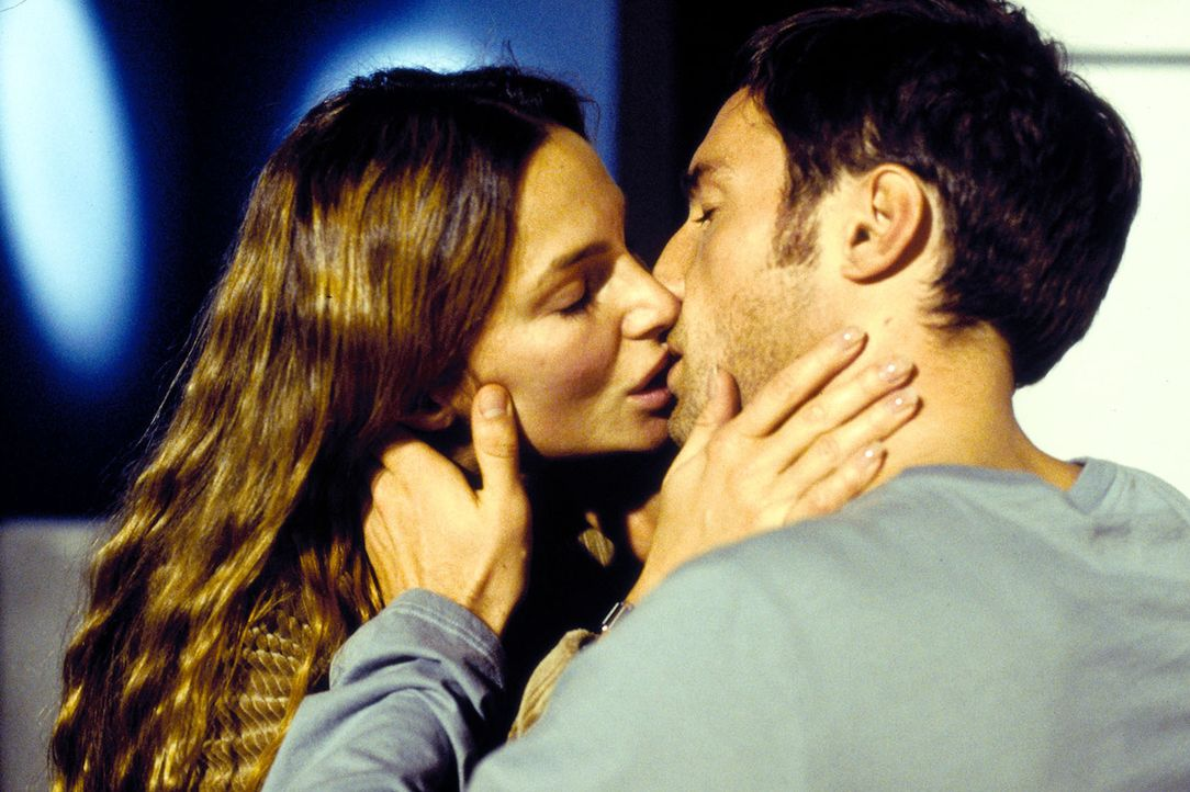 Antonia (Alexandra Kamp, l.) und Moritz (Benjamin Sadler, r.) können ihre Gefühle füreinander nicht mehr verbergen ... - Bildquelle: Thomas Böhme Sat.1