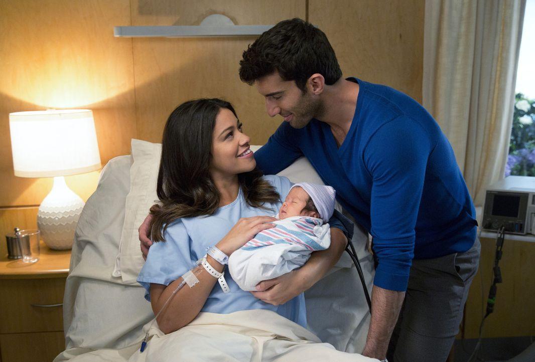 Während Petra wichtige Neuigkeiten über Rafael (Justin Baldoni, r.) erfährt, freut er sich über sein gemeinsames Kind mit Jane (Gina Rodriguez, l.)... - Bildquelle: 2014 The CW Network, LLC. All rights reserved.