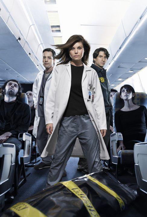Eine Pandemie droht. Nur die Epidemiologen Kayla Martins (Tiffani Thiessen, M.) und Carl Ratner (French Stewart, l.) und der FBI-Agent Troy Whitlock... - Bildquelle: 2006 RHI Entertainment Distribution, LLC