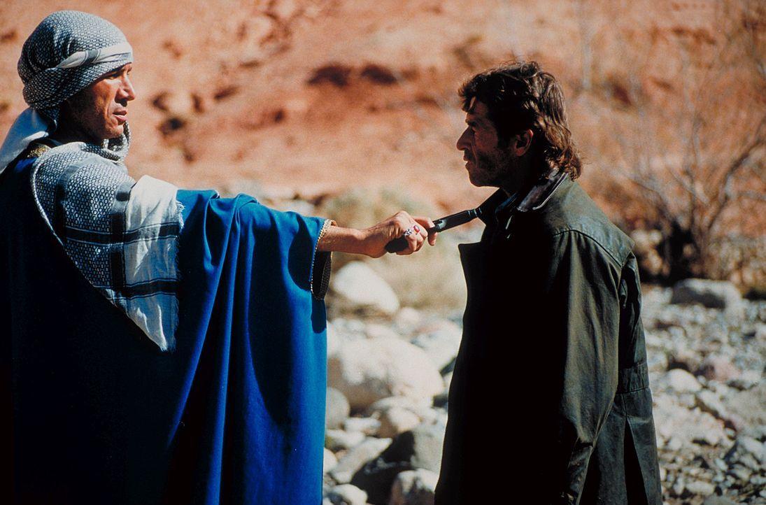 Der Eingeborene Mussaid und seine Stammeskrieger nehmen Marc (Peter Maffay) und die jungen Leute fest. Die Entführer fordern 10 Millionen Dollar L - Bildquelle: Heiko von Tippelskirch ProSieben