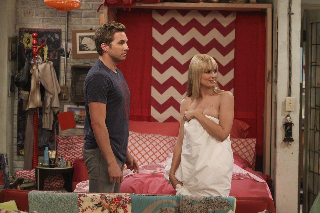 Ein Sex-Date mit Folgen: Andy (Ryan Hansen, l.) und Caroline (Beth Behrs, r.) ... - Bildquelle: Warner Bros. Television