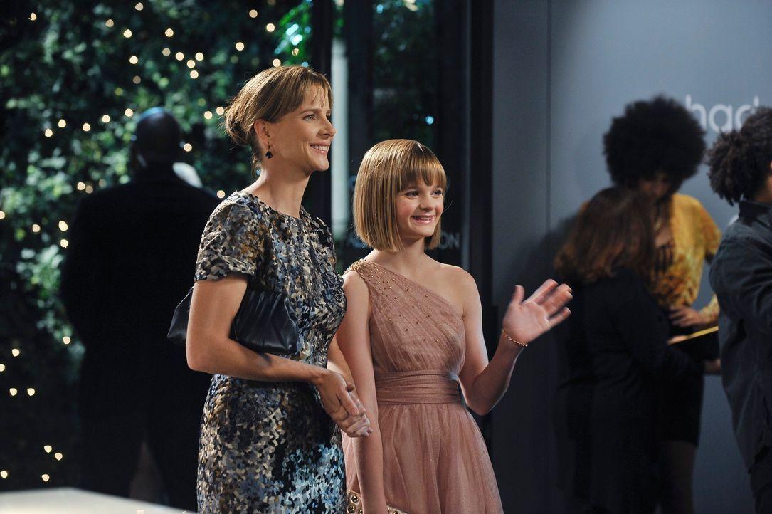 Sarah (Rachel Griffiths, l.) erlaubt Paige (Kerris Lilla Dorsey, r.), mit zur Marketing-Party von Lucs Werbeagentur zu gehen, obwohl sie dafür doch... - Bildquelle: 2010 American Broadcasting Companies, Inc. All rights reserved.