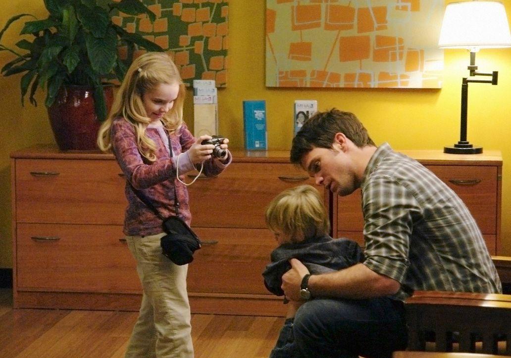 Daron (Matthew John Armstrong, r.) steht vor einer sehr schrecklichen Entscheidung: soll er seine kleine Tochter (Darcy Rose Byrnes, l.) alleine ste... - Bildquelle: ABC Studios