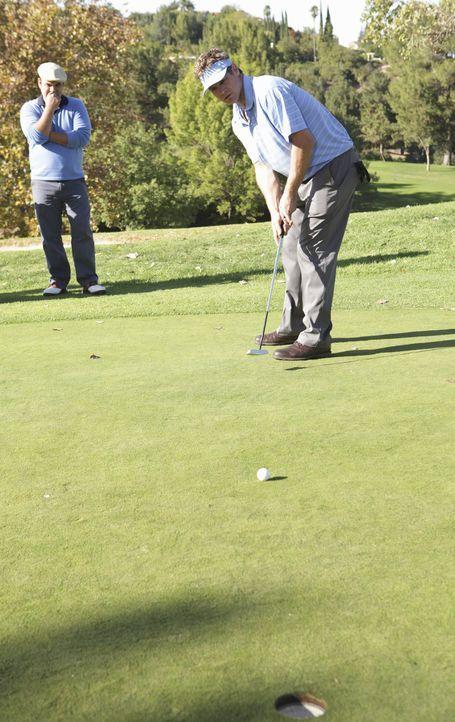 Bobby (Brian Van Holt, r.) heuert Andy (Ian Gomez, l.) für ein Golfturnier als Caddy an. Doch wird das gut gehen? - Bildquelle: 2010 ABC INC.