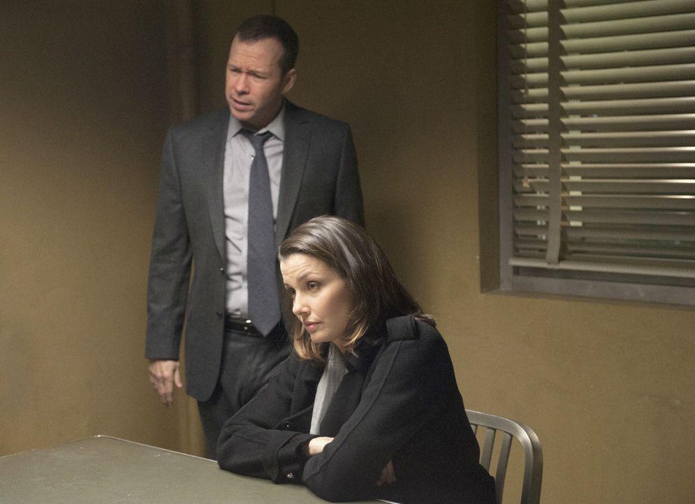 Wenn Danny (Donnie Wahlberg, hinten) schon nichts aus dem Verdächtigen herausbekommt, dann wenigstens Erin (Bridget Moynahan, vorne) ... - Bildquelle: Jojo Whilden 2013 CBS Broadcasting Inc. All Rights Reserved.