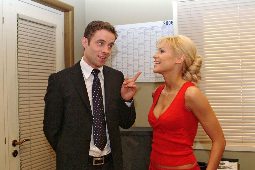 Max (Alexander Sternberg, l.) muss schmunzeln, als Sabrina (Nina-Friederike Gnädig, r.) eine Assistentin für sich einfordert. - Bildquelle: Monika Schürle Sat.1