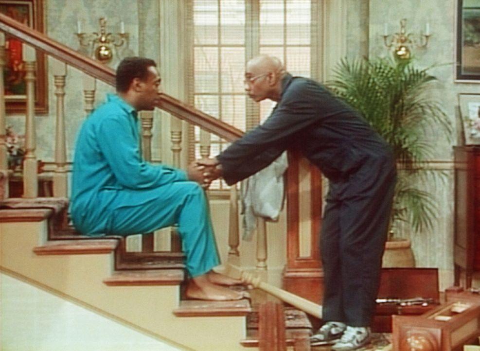 Der Mann, der das Treppengeländer reparieren soll, erklärt Cliff (Bill Cosby, l.) geduldig, was er hier im Hause machen will, doch Cliff versteht... - Bildquelle: Viacom