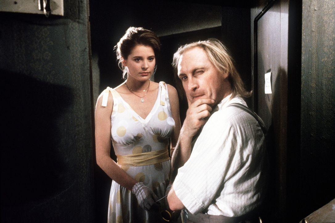 Eines Tages gelingt es dem lebensuntüchtigen Otto (Otto Waalkes, r.), der hübschen Silvia von Kohlen und Reibach (Jessika Cardinahl, l.) das Leben... - Bildquelle: Tobis Filmkunst