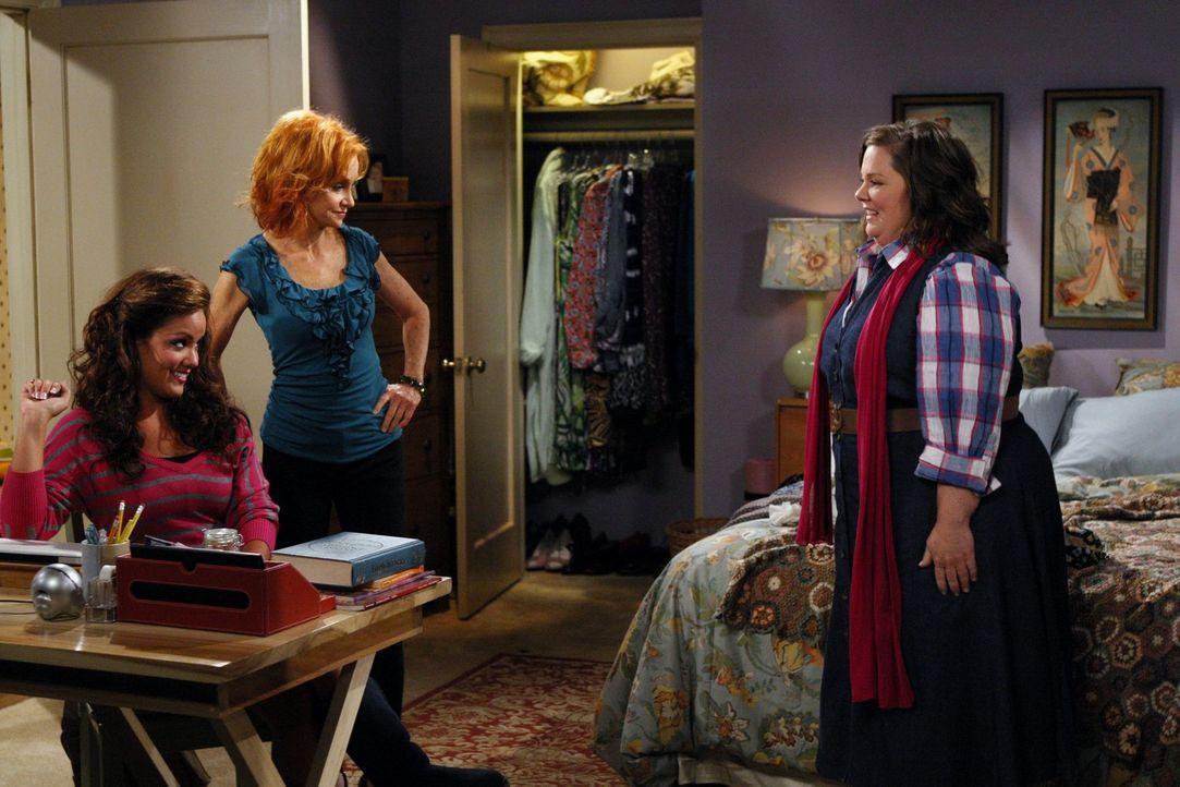 Das erste Date von Molly (Melissa McCarthy, r.) und Mike steht an. Mollys Mutter Joyce (Swoosie Kurtz, M.) und ihre Schwester Victoria (Katy Mixon,... - Bildquelle: 2010 CBS Broadcasting Inc. All Rights Reserved.