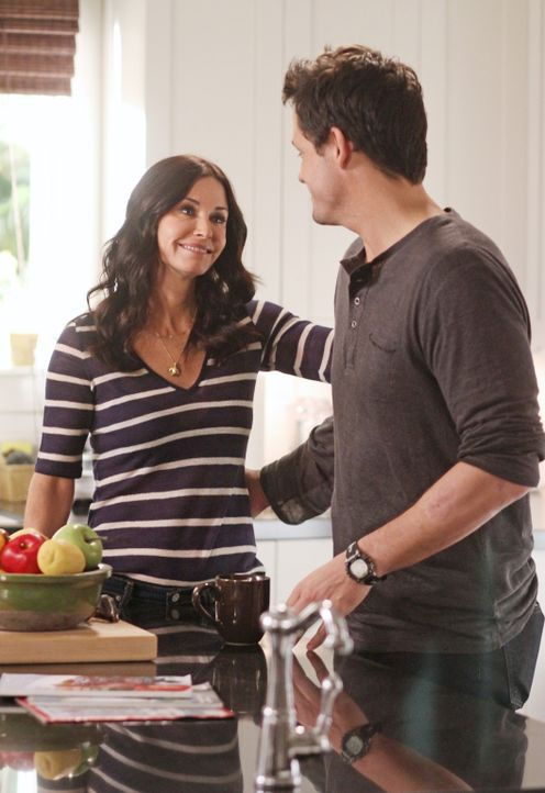 Graysons (Josh Hopkins, r.) Haus ist nach einem Hurrikan unbewohnbar, weshalb er vorübergehend zu Jules (Courteney Cox, l.) zieht ... - Bildquelle: 2011 American Broadcasting Companies, Inc. All rights reserved.