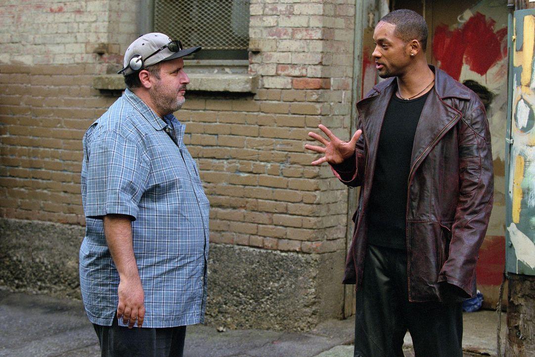 Im Gespräch: Regisseur Alex Proyas (l.) und Will Smith (r.) - Bildquelle: 2004 Twentieth Century Fox Film Corporation. All rights reserved.