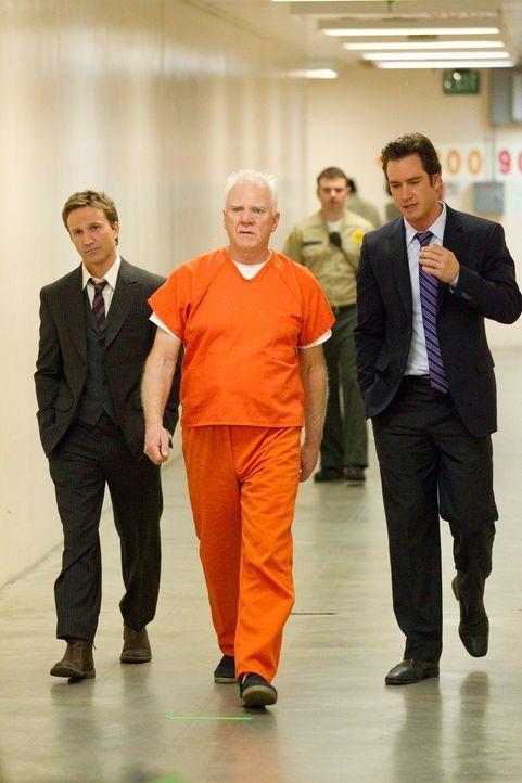 Nur Franklin (Breckin Meyer, l.) und Bash (Mark-Paul Gosselaar, r.) können ihm jetzt noch helfen: Stanton Infeld (Malcolm McDowell, M.) sitzt in Unt... - Bildquelle: 2011 Sony Pictures Television Inc. All Rights Reserved.