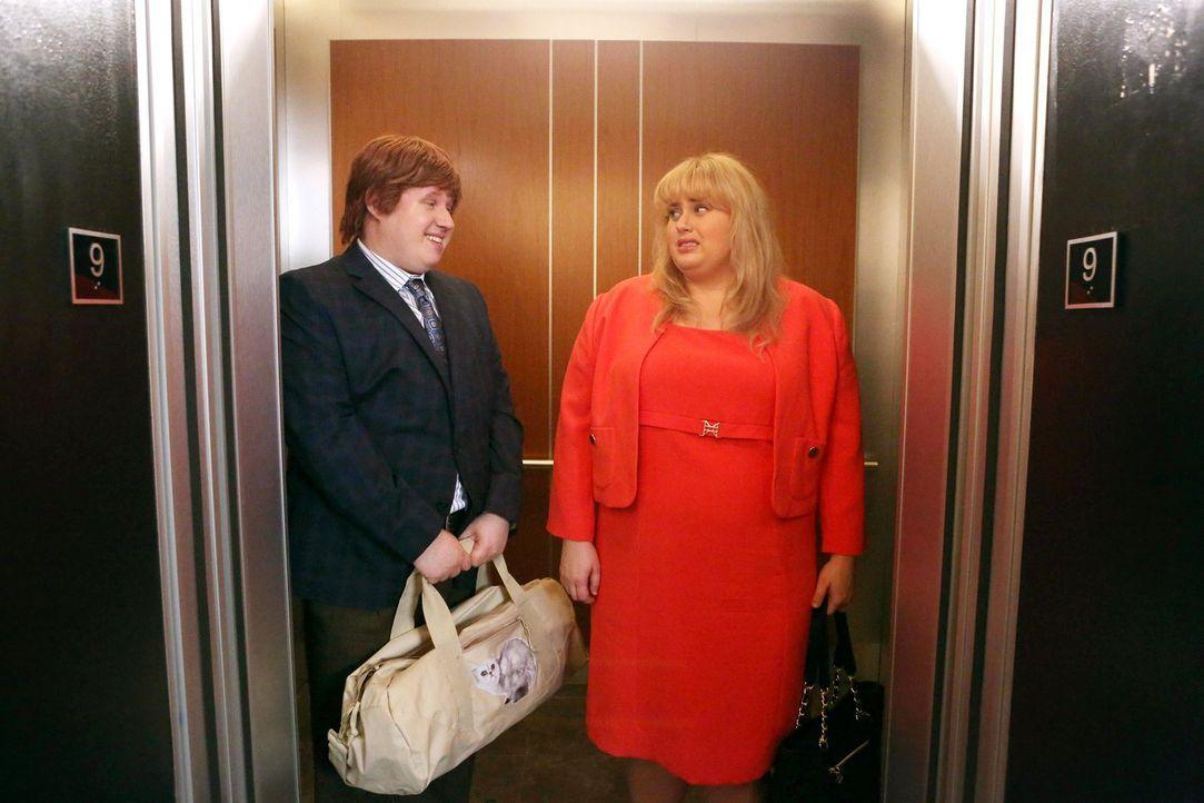 Kimmie (Rebel Wilson, r.) wird vor ihrer wichtigen Präsentation im Aufzug von Derrick (Matt Lucas, l.) aufgehalten. Kostet sie das ihren Job? - Bildquelle: Warner Brothers
