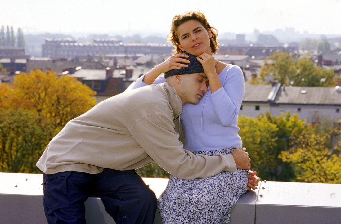 Jan (Manou Lubowski, l.) glaubt nicht mehr daran, dass noch ein Knochenmarkspender für ihn gefunden wird, und möchte die Hochzeit mit Janina (Anne Brendler, r.e) absagen...