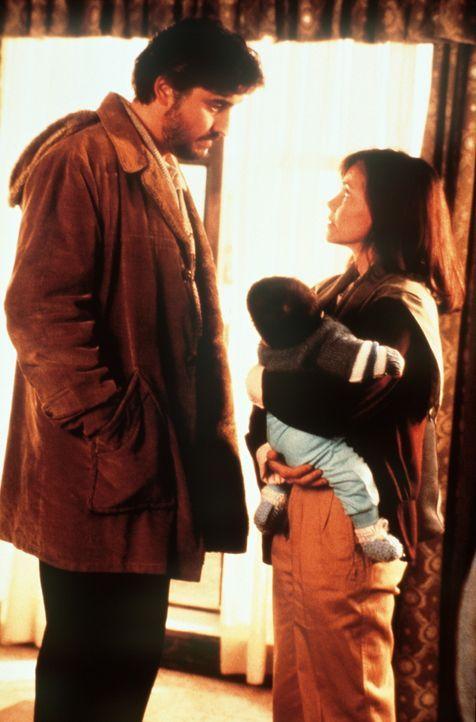 Moody (Alfred Molina, l.) erklärt seiner Frau Betty (Sally Field, r.), dass er zusammen mit ihr und seiner Tochter Mahtob im Teheran bleiben will ... - Bildquelle: TM &    Metro-Goldwyn-Meyer Studios Inc. All Rights Reserved.