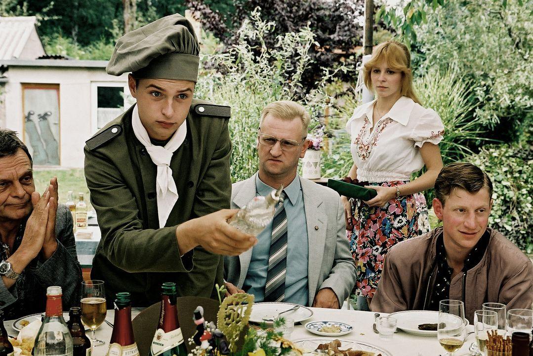 Grillfest bei Oberst Kalt (Detlev Buck, 2.v.l.): Henrik Heidler (Kim Frank, l.) und Aurich (Maxim Mehmet, r.) ... - Bildquelle: Delphi
