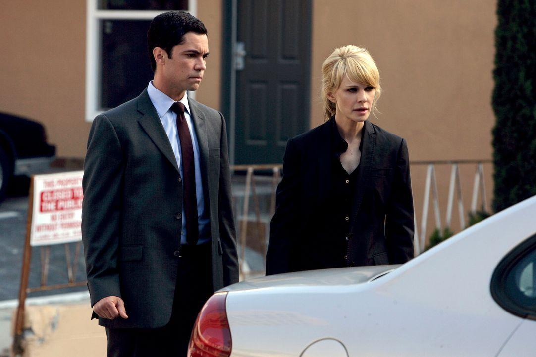 Zusammen mit ihrem Kollegen Det. Scott Valens (Danny Pino, l.) macht sich Det. Lilly Rush (Kathryn Morris, r.) auf die Suche nach ihrer Schwester, d... - Bildquelle: Warner Bros. Television