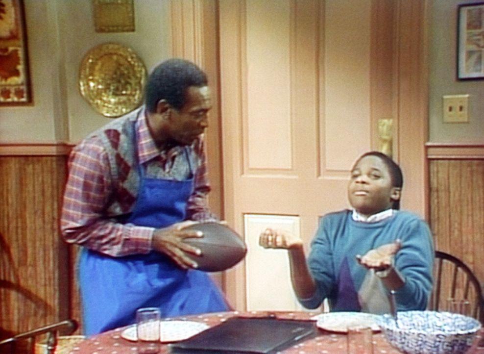 Cliff (Bill Cosby, l.) brennt darauf, Theo (Malcolm-Jamal Warner, r.) in die Geheimnisse des Football-Sports einzuführen. - Bildquelle: Viacom