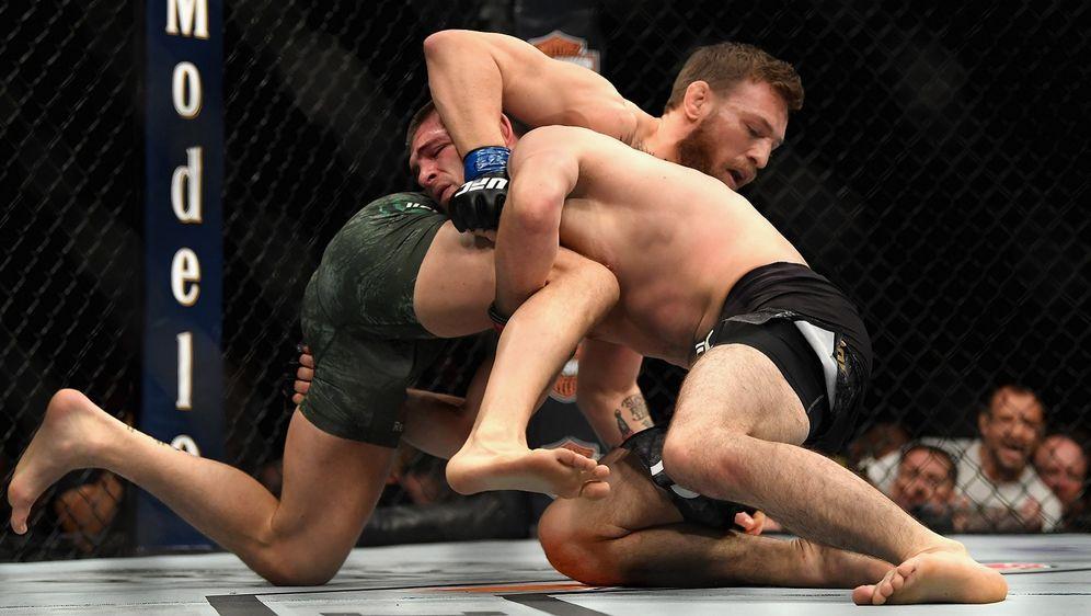 Conor McGregor (li.) fand bei UFC 229 kein Mittel gegen die Takedowns von Kh... - Bildquelle: Getty Images