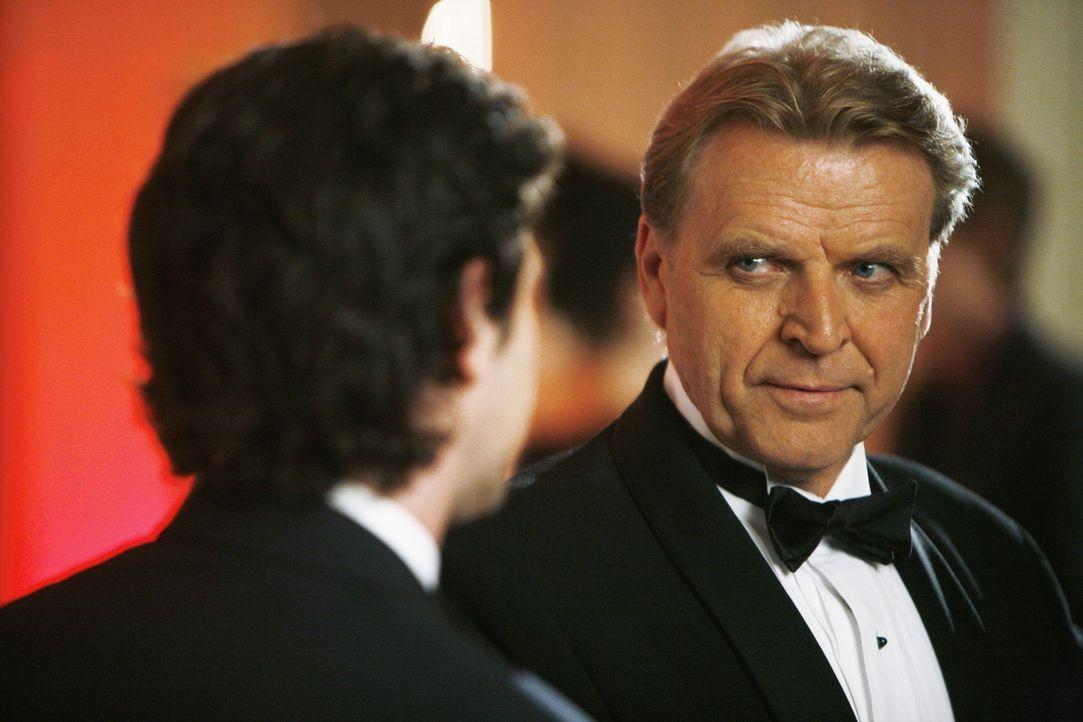 Calvin Hartley (David Rasche, r.), der neue Förderer von MODE, weiß noch nicht, dass sich sein Sohn Matt (Daniel Eric Gold, l.) von Betty trennen wi... - Bildquelle: 2008   ABC Studios