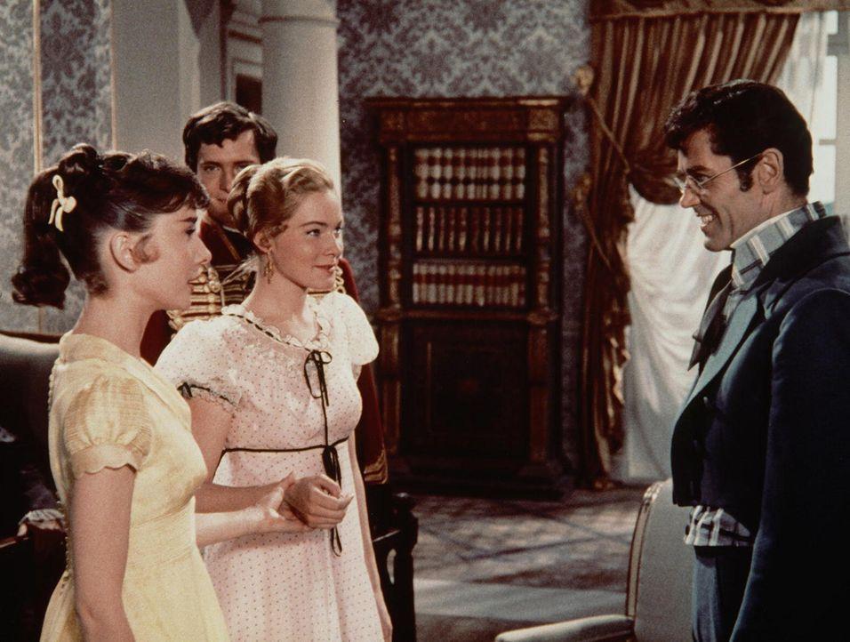 Liebe auf den ersten Blick: Als man Pierre Besukow (Henry Fonda, r.) die junge Natascha (Audrey Hepburn, l.) vorstellt, ist es um ihn geschehen ...
