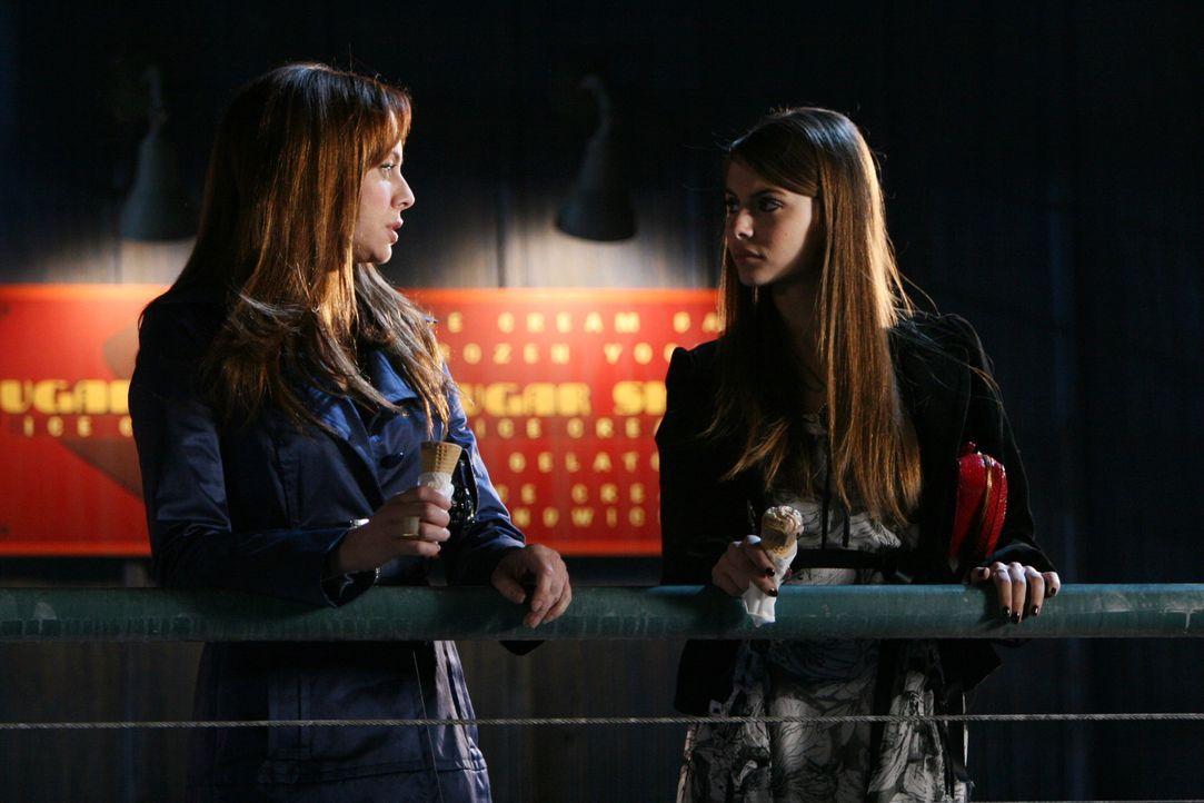 Nachdem Kaitlin (Willa Holland, r.) versucht hat die Beziehung von Frank und Julie (Melinda Clarke, l.) zu sabotieren, stellt Julie sie zur Rede ... - Bildquelle: Warner Bros. Television