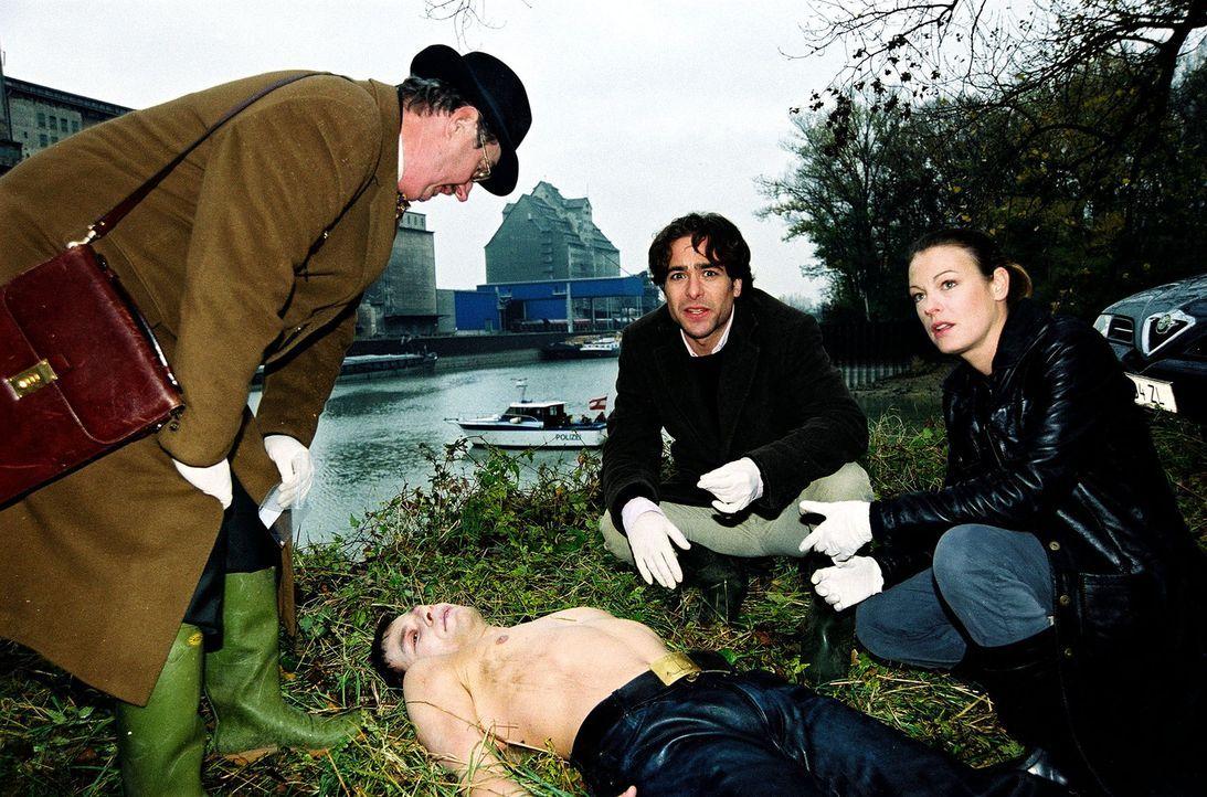 Dr. Graf (Gerhard Zemann, l.), Niki (Elke Winkens, r.) und Marc (Alexander Pschill, M.) finden am Donaukanal eine Männerleiche. - Bildquelle: Ali Schafler Sat.1