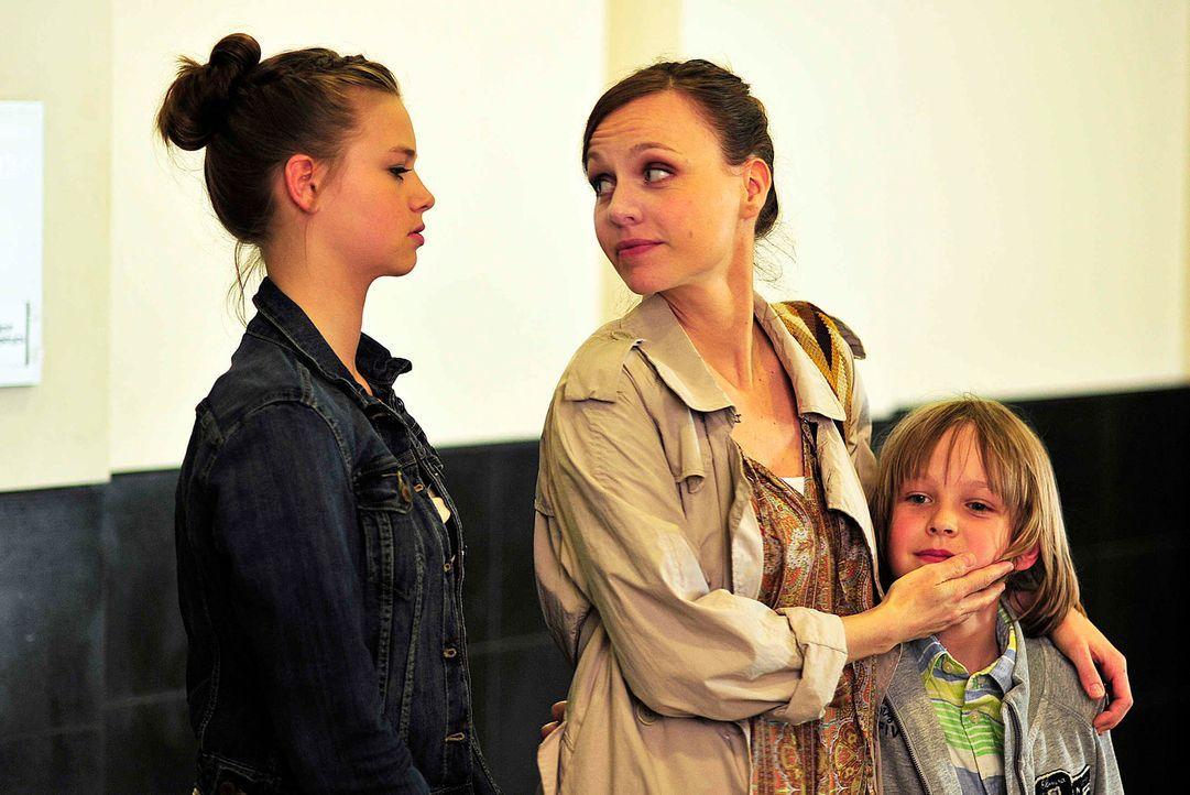 Ihr Ex-Mann macht ihr das Leben zur Hölle und hetzt Lukas (Finn Fiebig, r.) und seine 13-jährige Schwester Nina (Hanna Binke, l.) unentwegt gegen ih... - Bildquelle: Oliver Feist SAt.1
