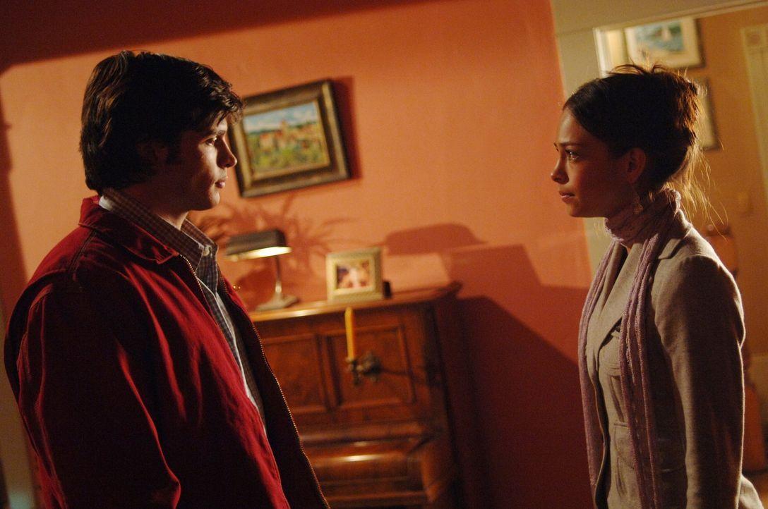 Nach dem Tod seines Vaters Jonathan ist Clark (Tom Welling, l.) völlig am Ende. Er entfernt sich zunehmend von seiner Verlobten Lana (Kristin Kreuk,... - Bildquelle: Warner Bros.