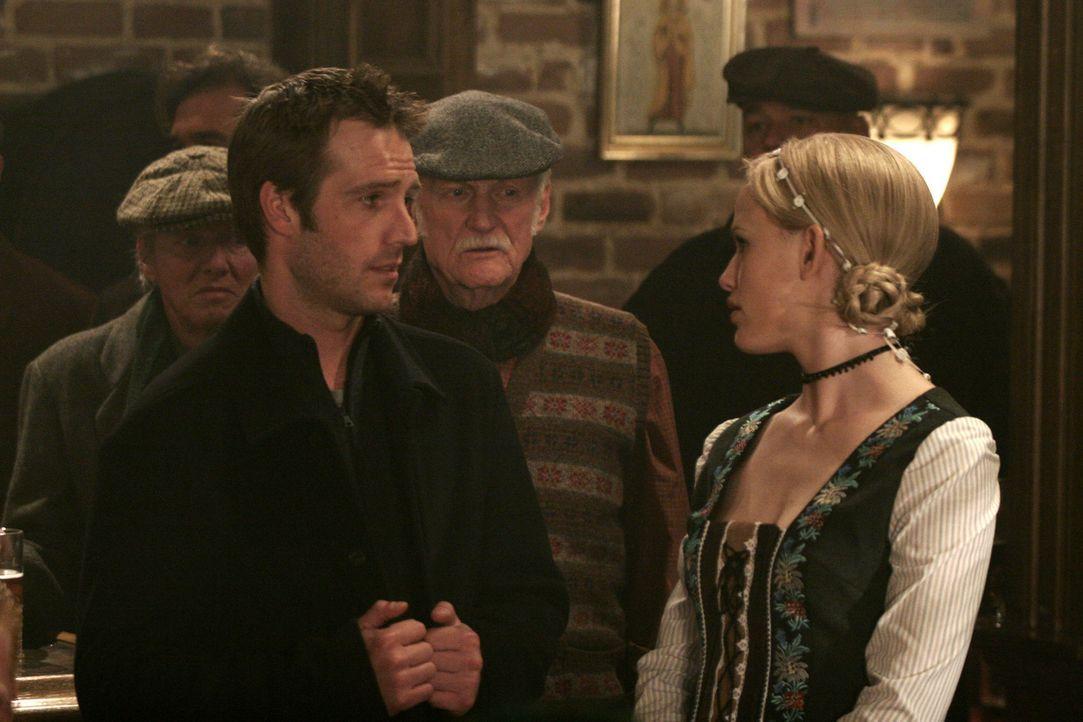 """Bei der Suche nach Vaughn (Michael Vartan, l.) stößt Sydney (Jennifer Garner, r.) zufällig auf geheime Akten, die auf das Projekt """"Nachtigall"""" ei... - Bildquelle: Touchstone Television"""