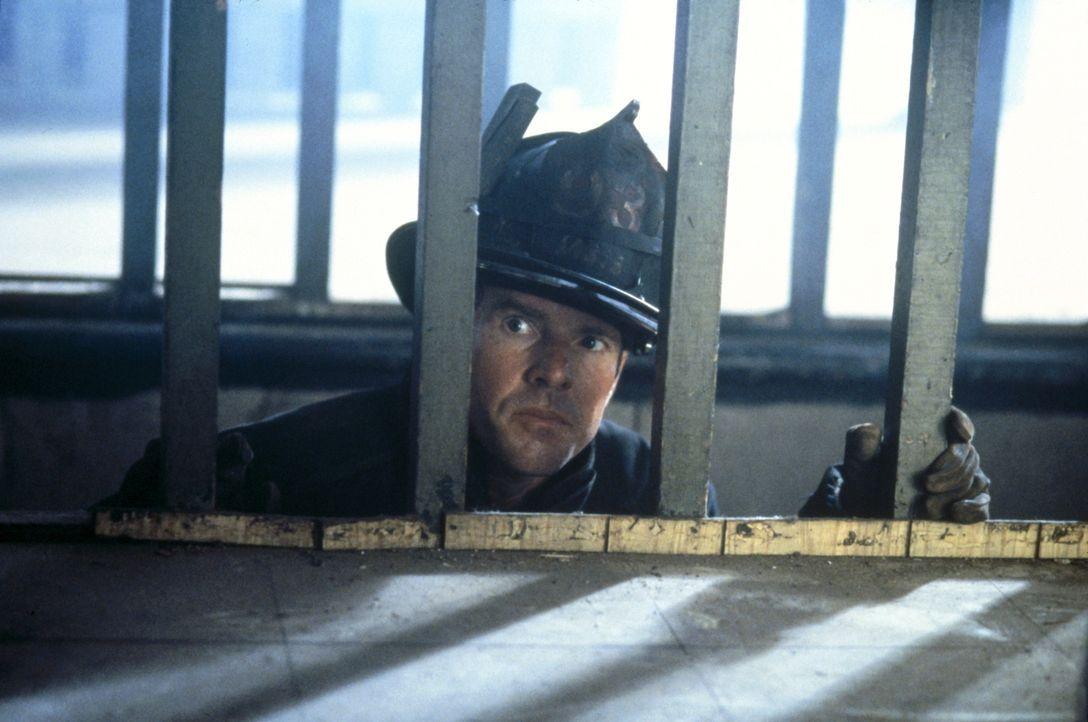 Unter größter Lebensgefahr versucht Feuerwehrmann Frank Sullivan (Dennis Quaid), einen Menschen aus den brennenden Haus zu retten. Da versperrt ihm... - Bildquelle: New Line Cinema