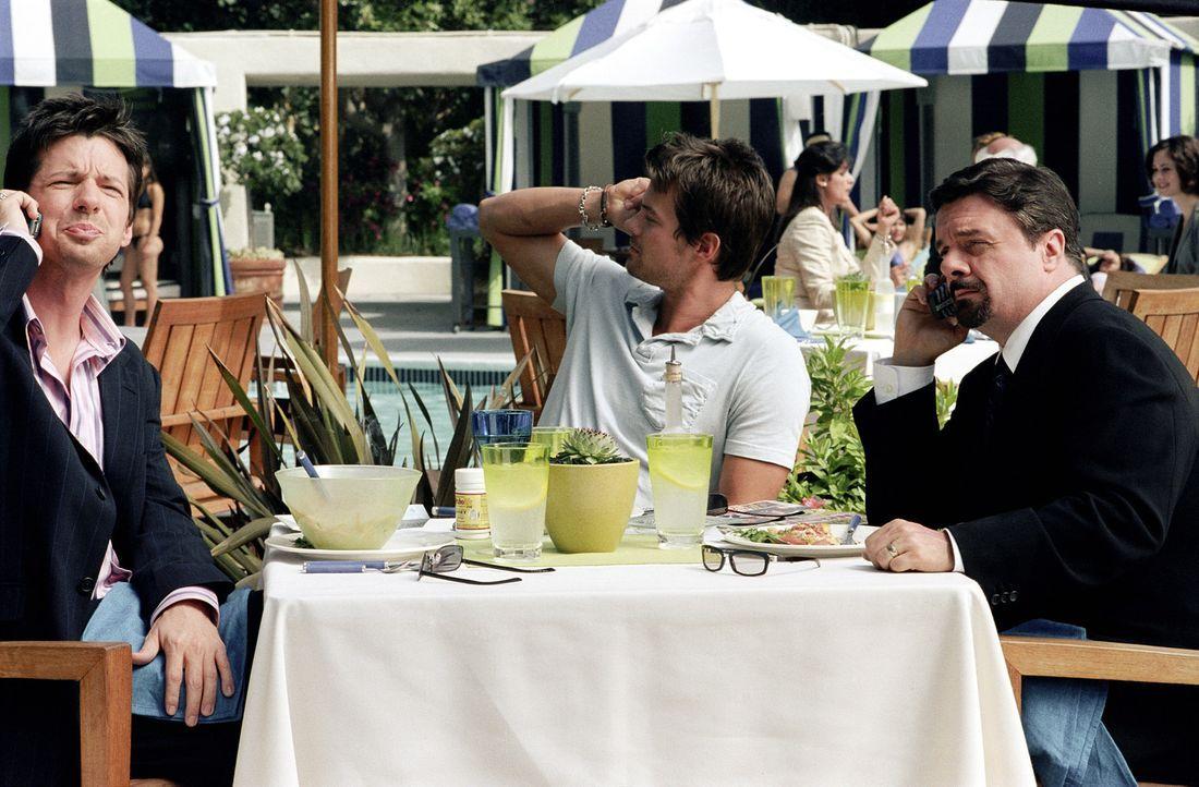 Um das Image von Hollywoodstar Tad Hamilton (Josh Duhamel, M.) wieder auf Vordermann zu bekommen, haben sein Agent, Richard Levy (Nathan Lane, r.) u... - Bildquelle: 2004 DreamWorks LLC. All Rights Reserved.